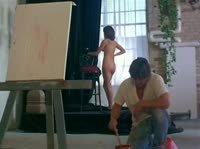 Художник вырисовывает натуру обнаженной любовницы