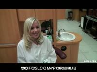 Дерзкая медсестра трахается перед спящим пациентом