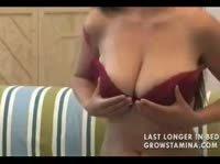 Грудастая любовница мастурбирует на диване