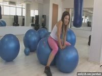 Эмели играет с шарами