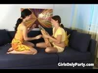 Девушки с горящими глазами изучают подарок
