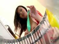 Азиатка лакомиться из использованных презервативов