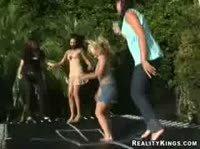 Голые студентки прыгают на батуте