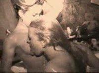 Несколько лесбиянок балуются с черным вибратором