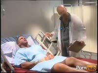 Сексуальная медсестра ублажает больного