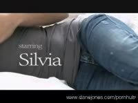 Молодая брюнетка Сильвия ласкается на кровати
