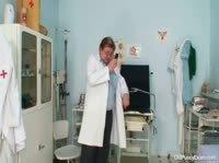 Гинеколог осматривает зрелую женщину