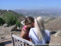Красивые нежные лесбиянки шпиляться на диване