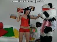 Большая игрушечная панда ожила и отодрала стройную хозяйку