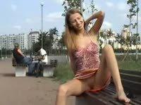 Девушка без нижнего белья позирует на улице