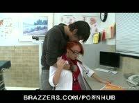 Рыжая медсестра снимает халатик и отдается пациенту