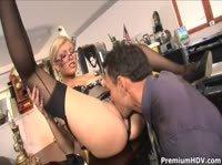 Сексуальная секретарша в чулках прилежно трудиться