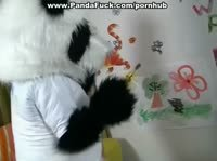 Здровенная панда вдруг ожила и стала трахать свою хозяку