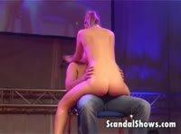 Стриптизерша развлекается с мужчинами на сцене