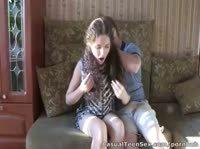 Неугомонные русские подростки влюбляются на диване