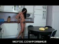 Стройная домохозяйка дрочит кухонными предметами