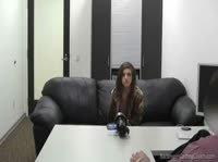 На порно кастинге девчонке кончили в лицо