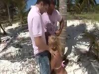 Аборигены долбят блондинку под пальмами
