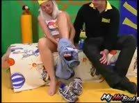 Приятная блондинка жариться в спальне