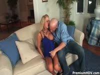 Лысый уломал на секс шикарную блондинку