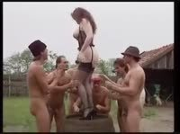 Деревенская шлюха удовлетворяет грязных мужиков